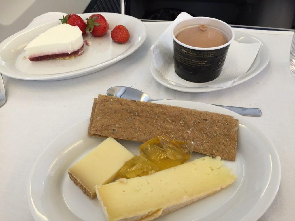 Desserten bestod af oste, frugt, kage og SAS eksklusive Vhalrona chokolade is.