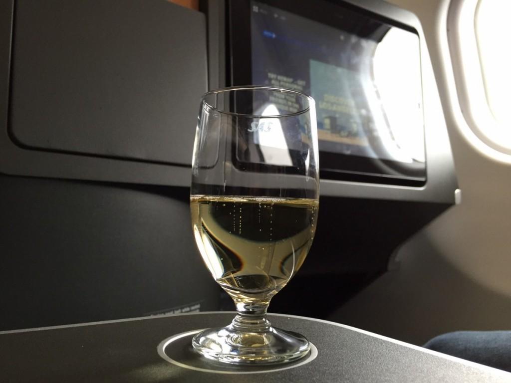 Velkomstdrink umiddelbart efter boarding. Valget stod mellem champagne, appelsinjuice eller vand.