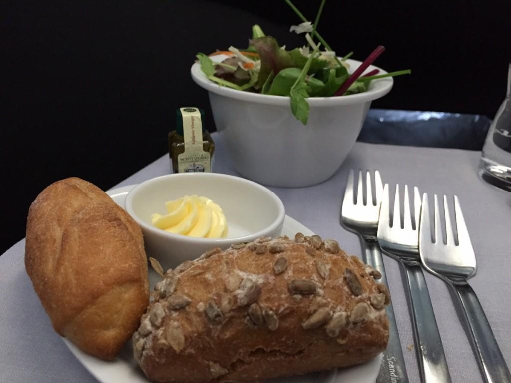 Lune brød serveres fra en kurv, så man selv kan vælge hvilke typer man ønsker. Og denne gang var brødene helt gennemvarmede (hvilket ikke altid er tilfældet).