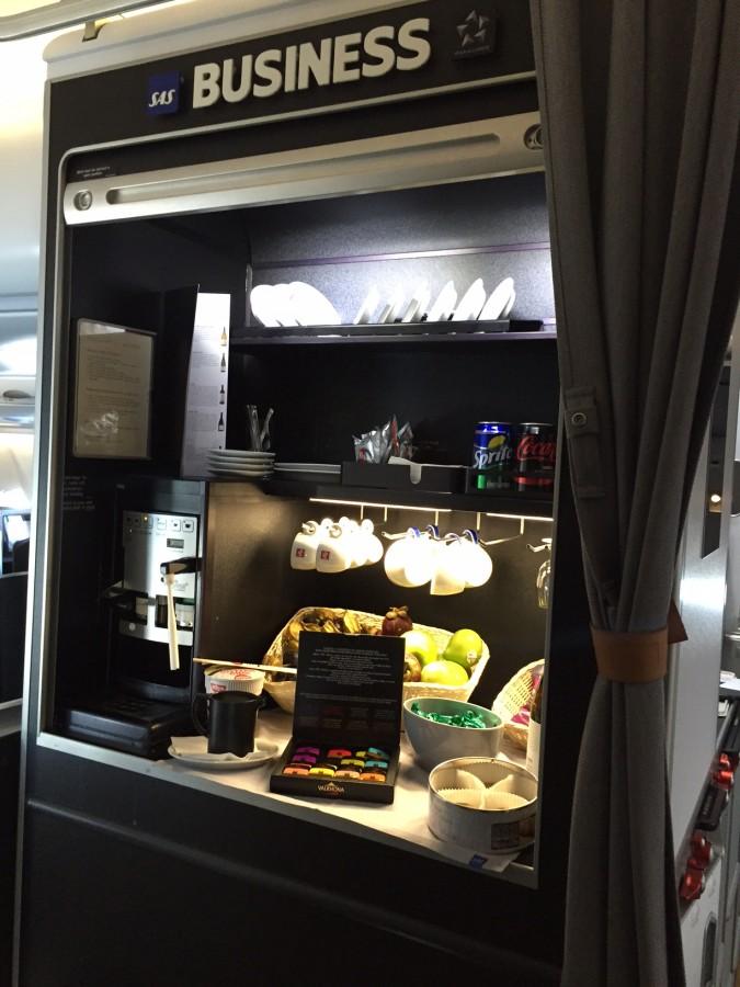 Imellem måltiderne kunne man frit forsyne sig fra buffetten ombord. Her var der små snadwich, chokolade, småkager, frugt og drikke.