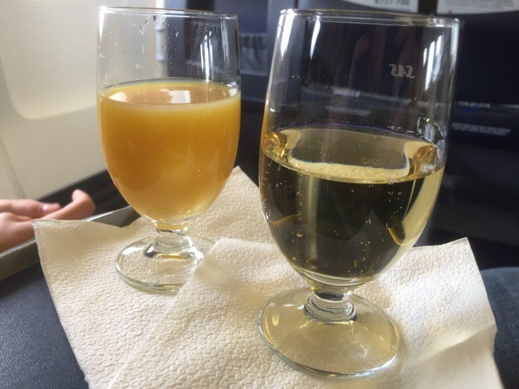 For dørene lukkes serveres der et glas champagne, juice eller vand.
