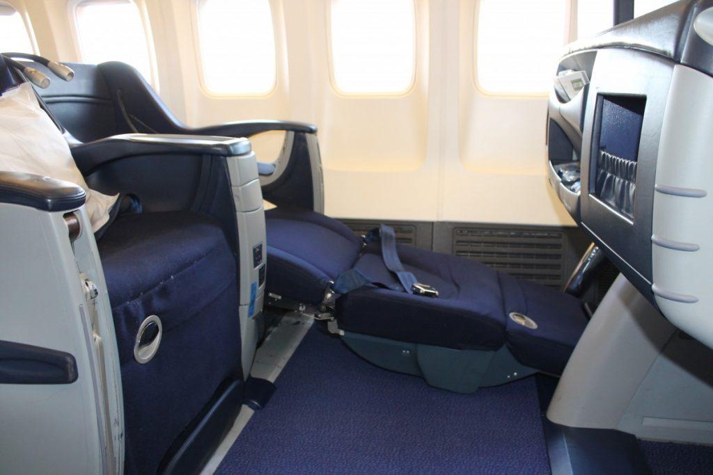 Sådan ser sæderne ud når de er i soveposition. Ikke helt fladt, men en rimelige komfort trods alt.