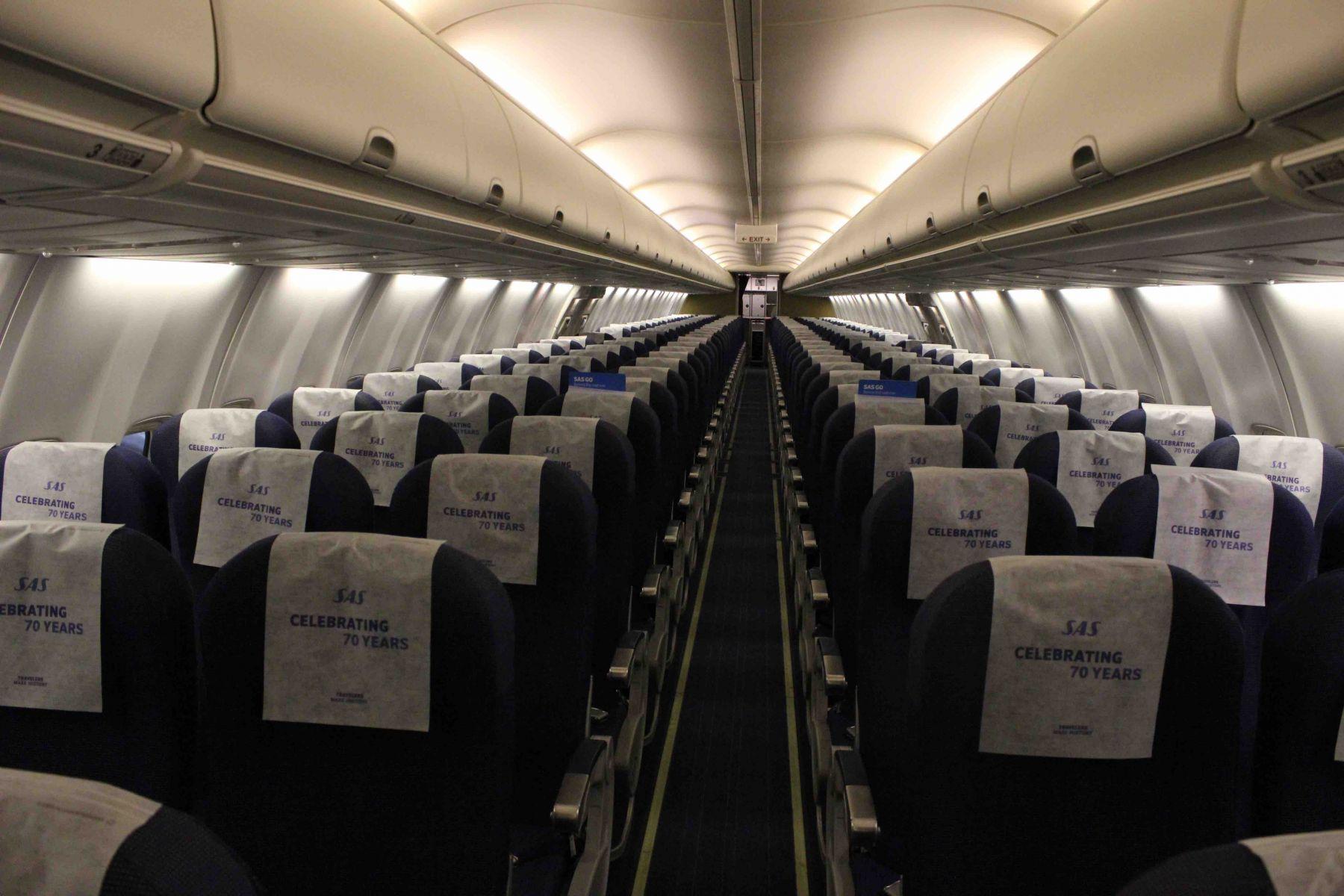 Også i kabinen vil man kunne se fejringen af SAS 70 års jubilæet. I første omgang med nye hovedbetræk på stolene. Foto: SAS