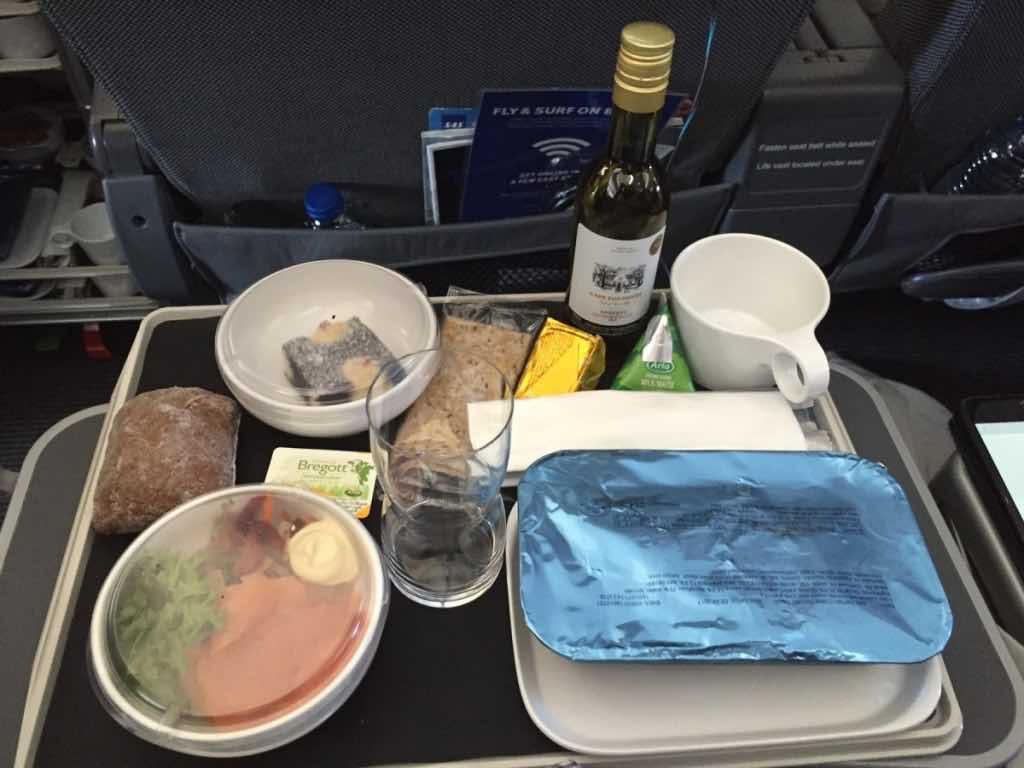 Sådan ser måltidet på SAS Plus ud. Udover hovedretten serveres også et ekstra lækkert måltid inden landing. Foto: Flemming Poulsen