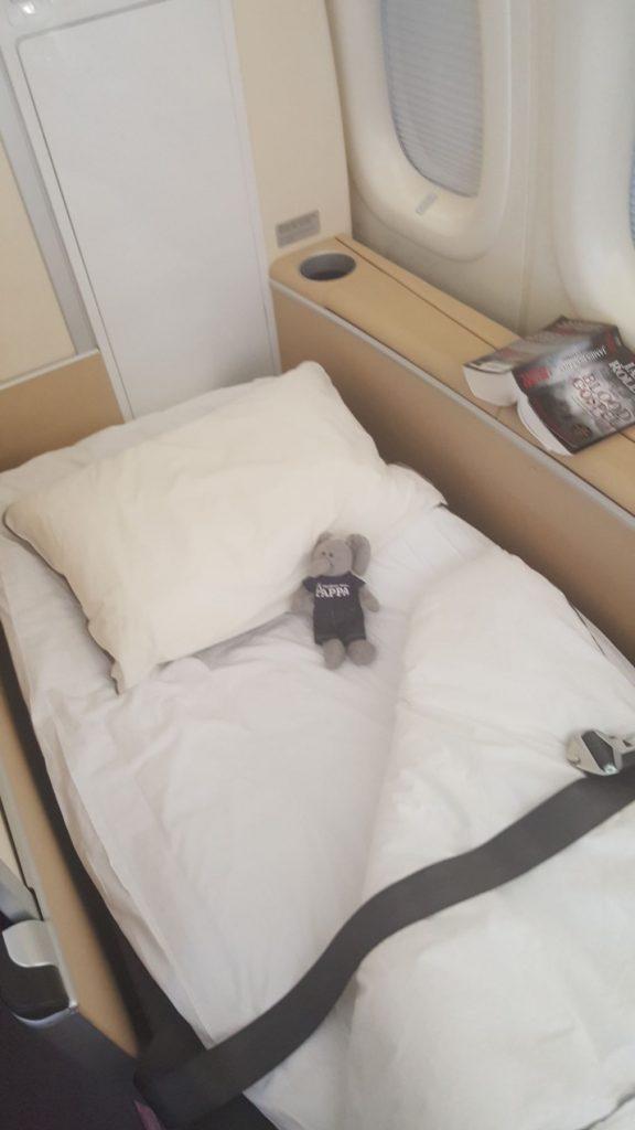 Når pappa er helt umulig hænder det at stewardesserne tager kontrol og sørger for at Fnate får egen seng.