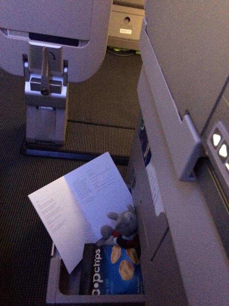 Fnate på sin faste plads i skuffen ved sæde 63F på British Airways Boeing 747-400