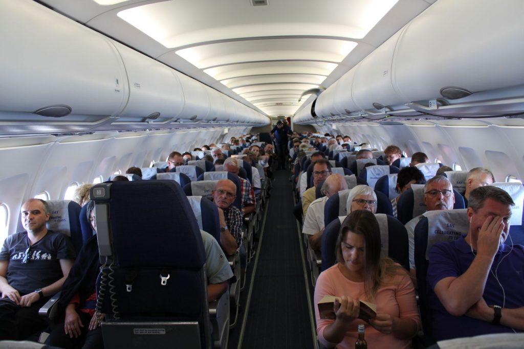 Intetanende passagerer får sig snart en overraskelse ombord på flyet.