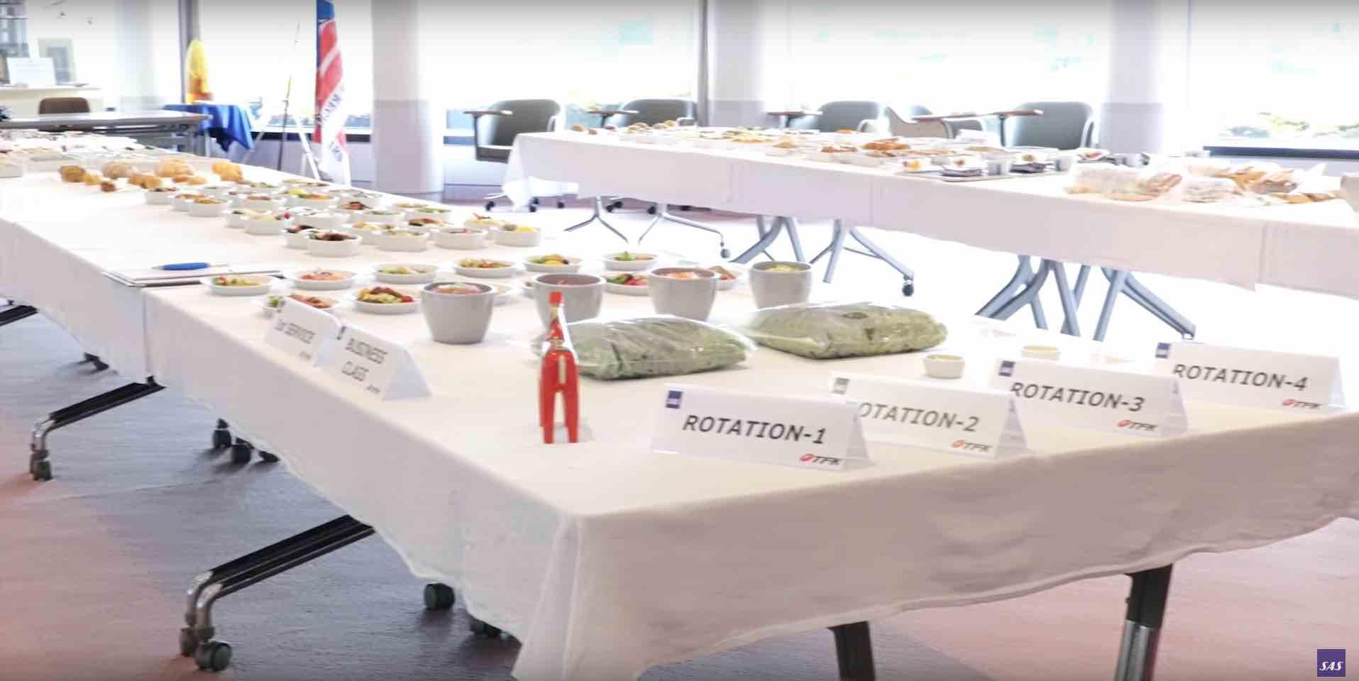 Mindst en gang om året gennemgår Peter Lawrence præsentationen af maden på Business Class på hver enkelt destination. Her i Tokyo.