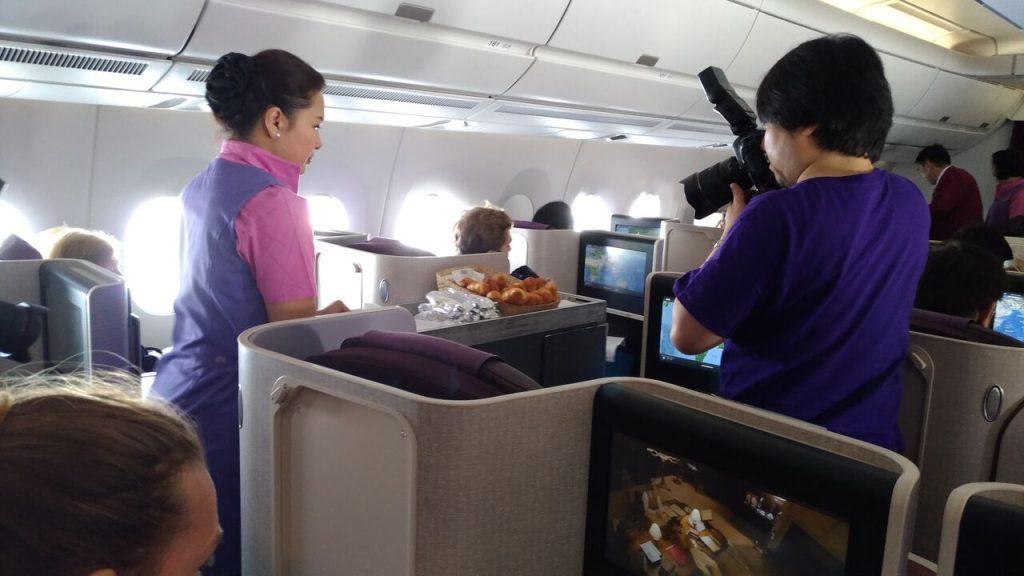 Servering af morgenmad, mens flyentusiaster tog billeder. Foto: Jens Fisker