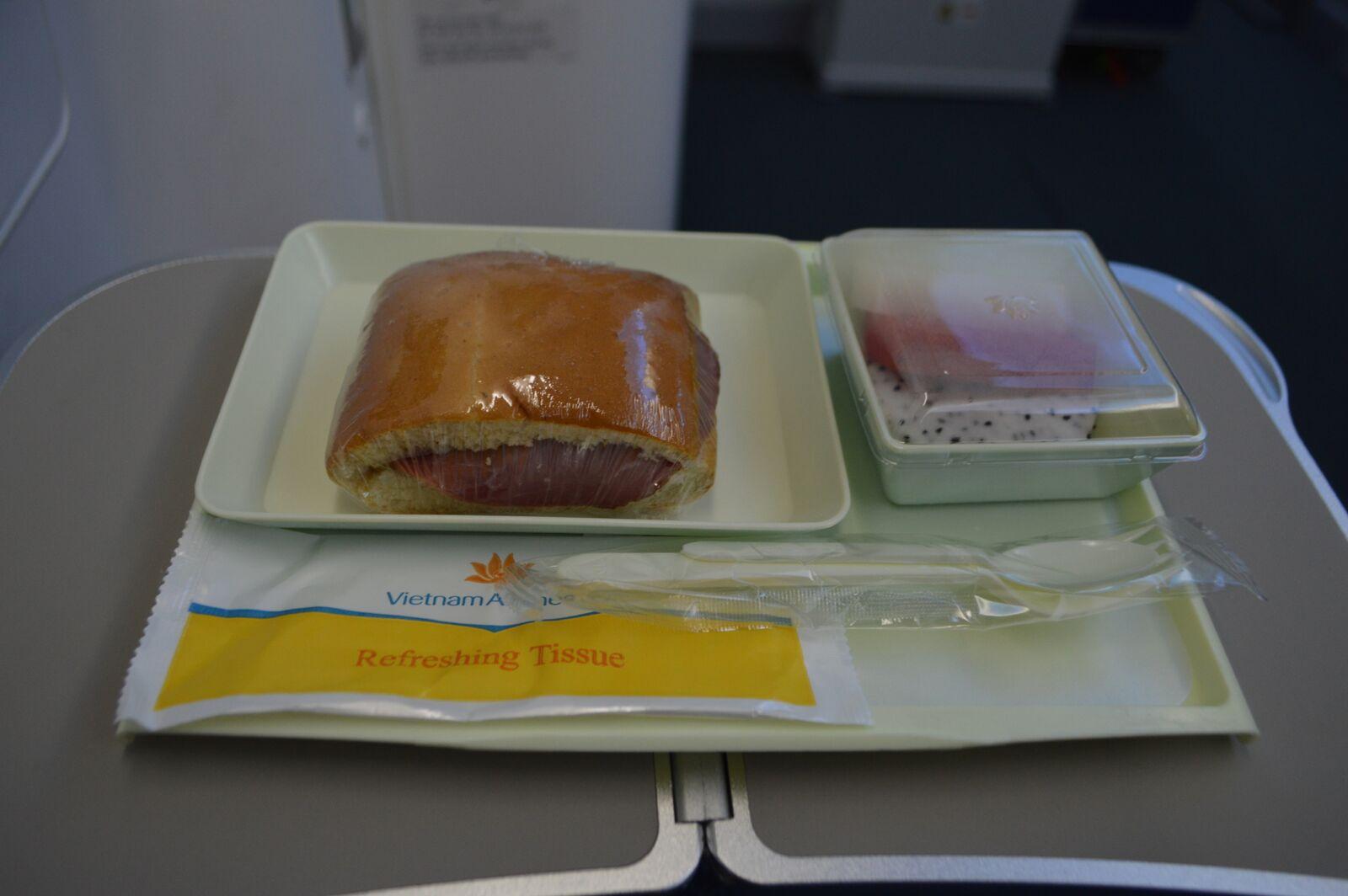 Maden på economy class var ikke specielt indbydende. Fin benplads ved nødudgangen. Foto: Jens Fisker