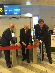 Ruteudviklingschef i Københavns Lufthavn, Morten Mortensen (t.v) og den nederlandske ambassadør, Henk Swarttouw (t.h.) klippede snoren til den første flyvning på ruten mellem København og Groningen.