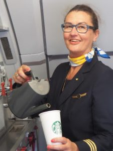 Om lidt er kaffen klar… skænket af kabinechef Karin Høj - Foto: Spies