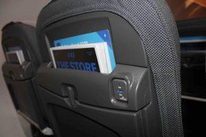 Hvert sæde er udstyret med USB-stik til opladning af mobiler og tablets. Foto: Flemming Poulsen
