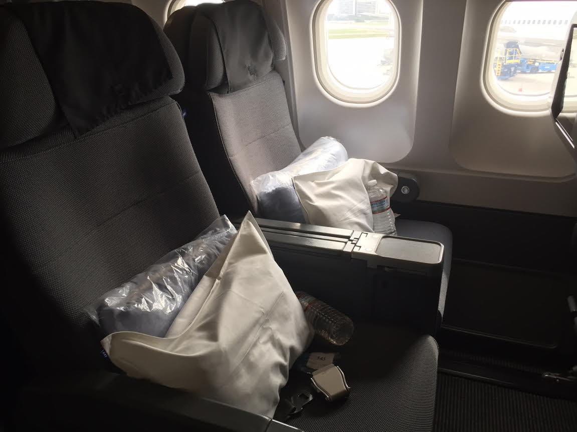 Bredere sæder med bedre tæppe og pude. I bredden er der 2-3-2 sæder - mod 2-4-2 på økonomiklasse