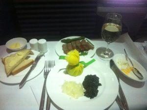 Kaviar og champagne på Lufthansa First Class. Booket takket være bonuspoint.