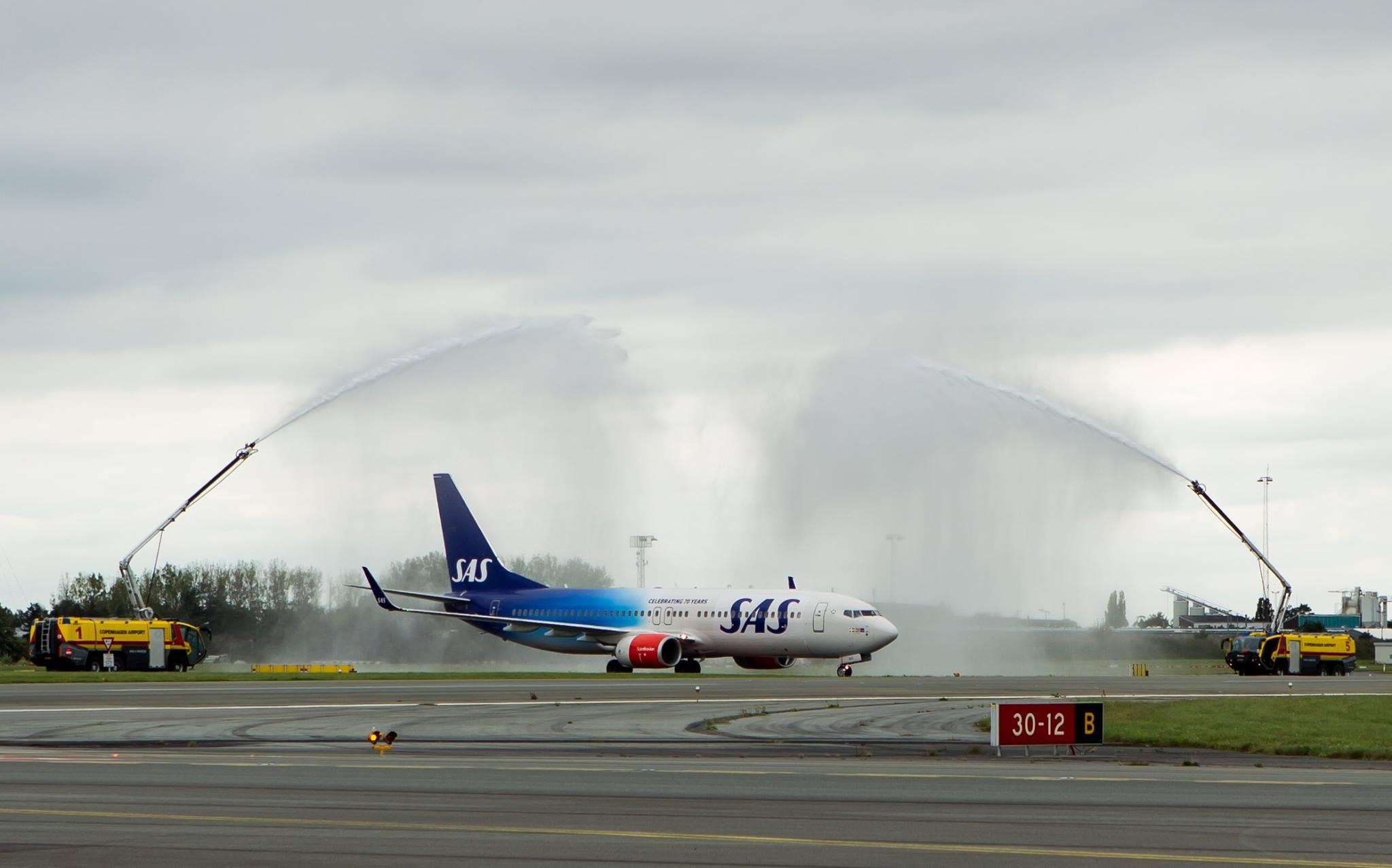 Jubilæumsflyet blev mødt af vandsalut fra brandvæsenet i København.