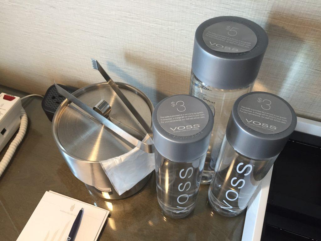 Du kan kun købe dyr Voss vand i glasflaske på hotellet. Foto: Flemming Poulsen