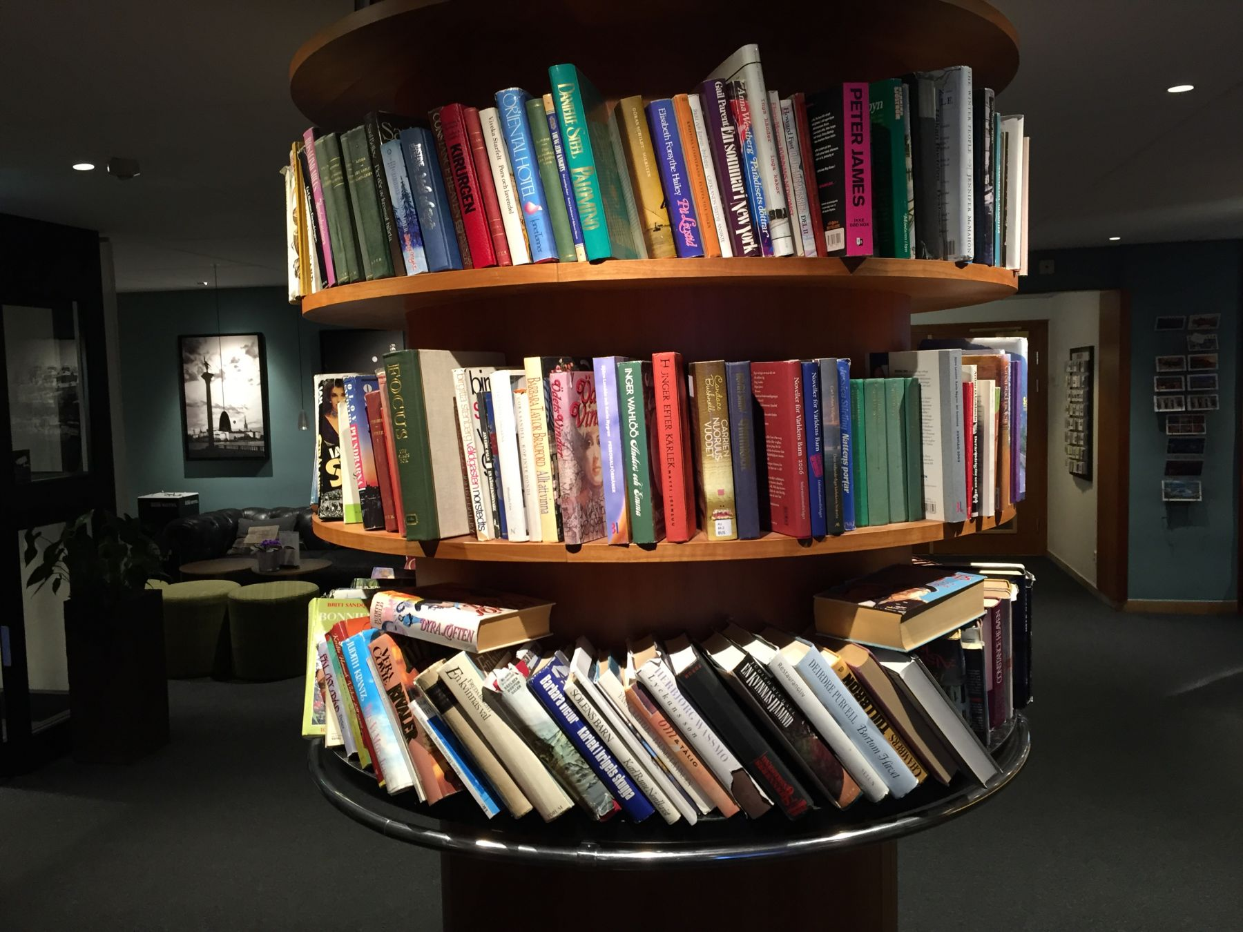 Bøker til gratis utlån i resepsjonen.