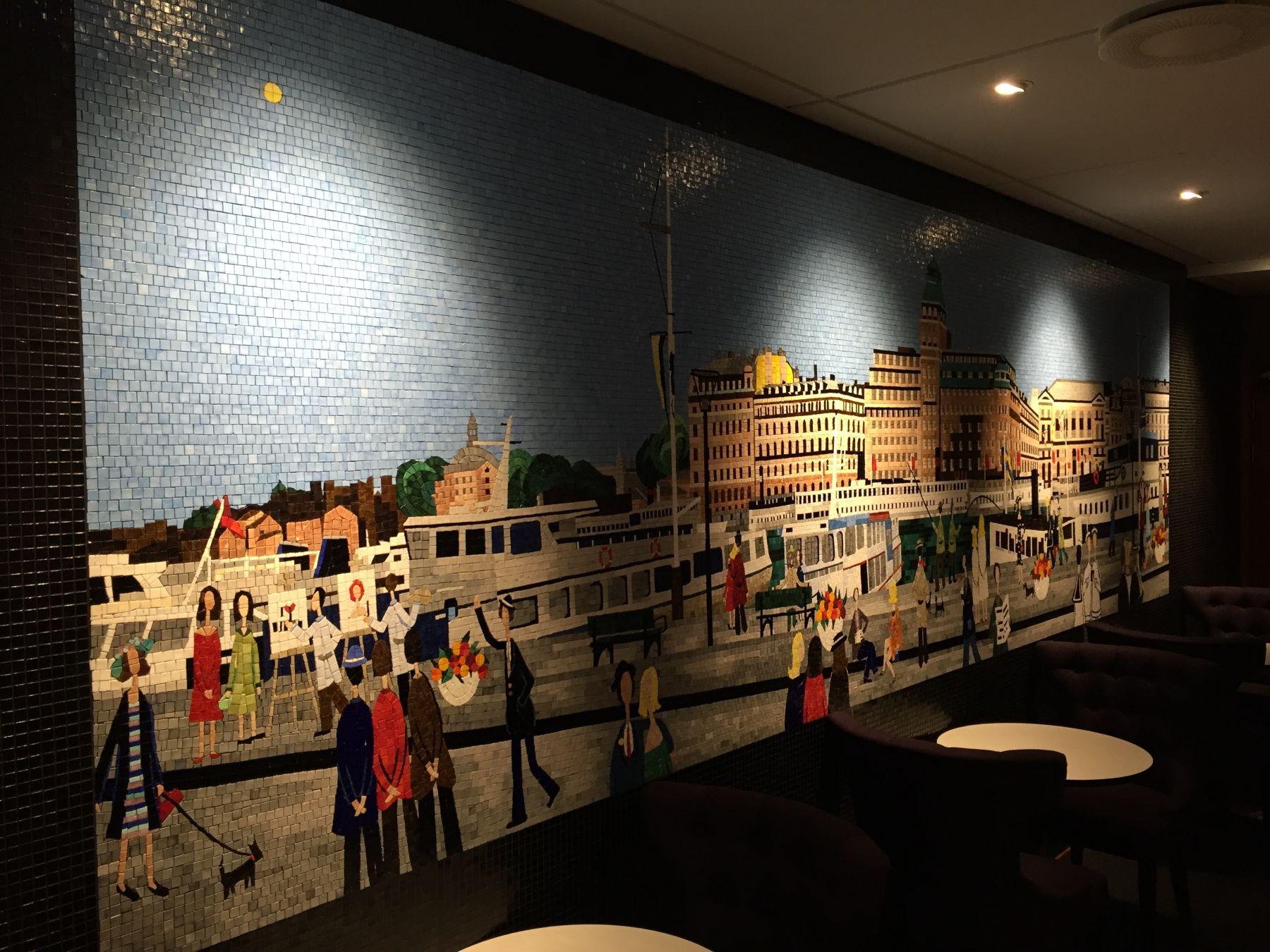 Utrolig flott mosaikk på veggen overfor baren med motiv fra Stockholm.