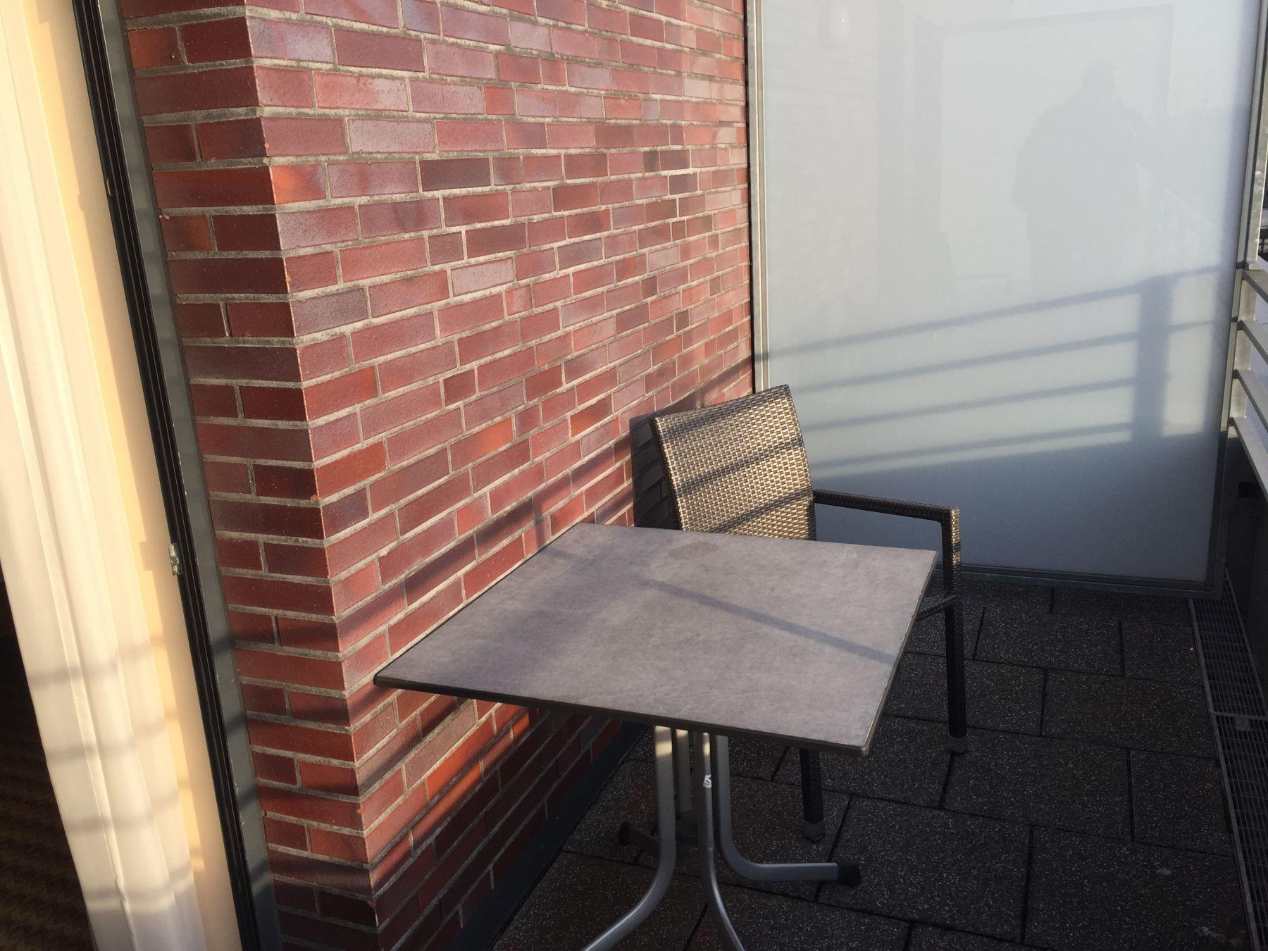 Det var både stol og bord på verandaen.
