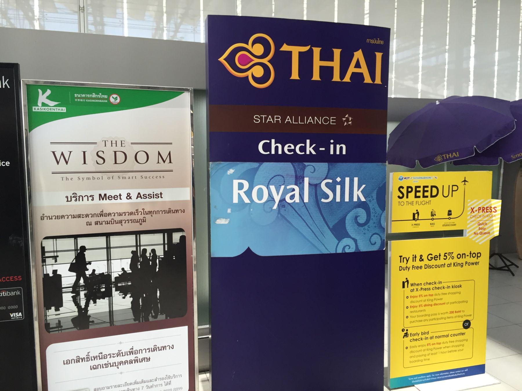 Skiltet som viser vei til Business Class-innsjekketn. Eller Royal Silk som denne klassen heter hos Thai Airways.