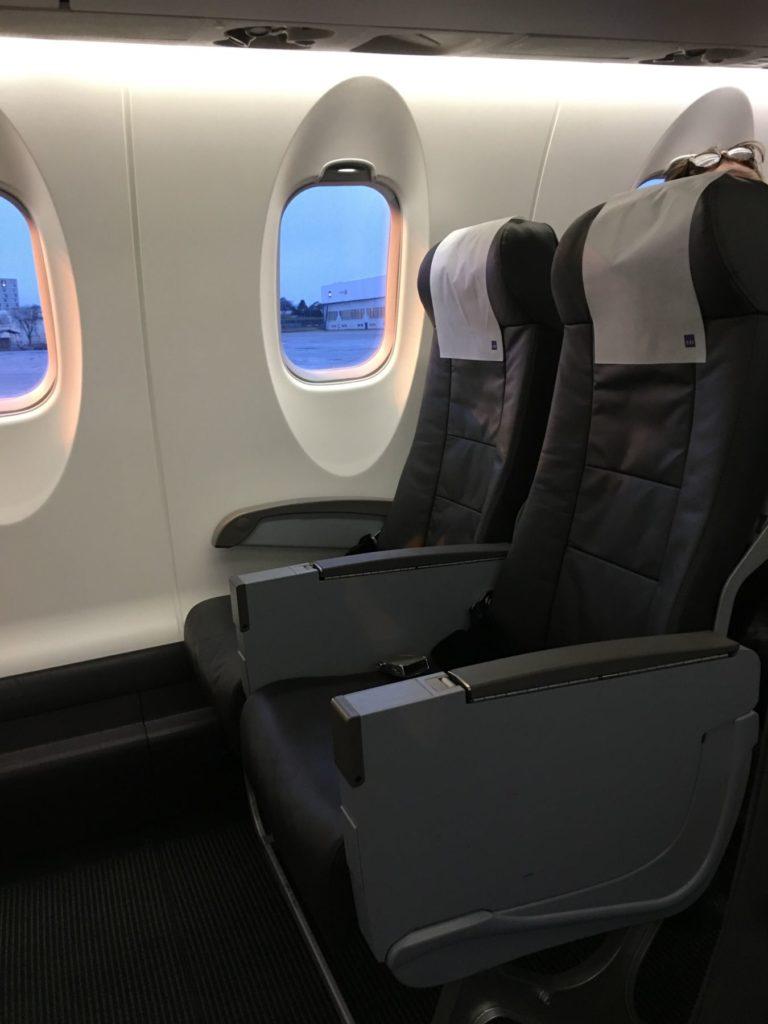 """Utsikt mot setene 2DF om bord EI-FPH """"Bikke Viking""""."""