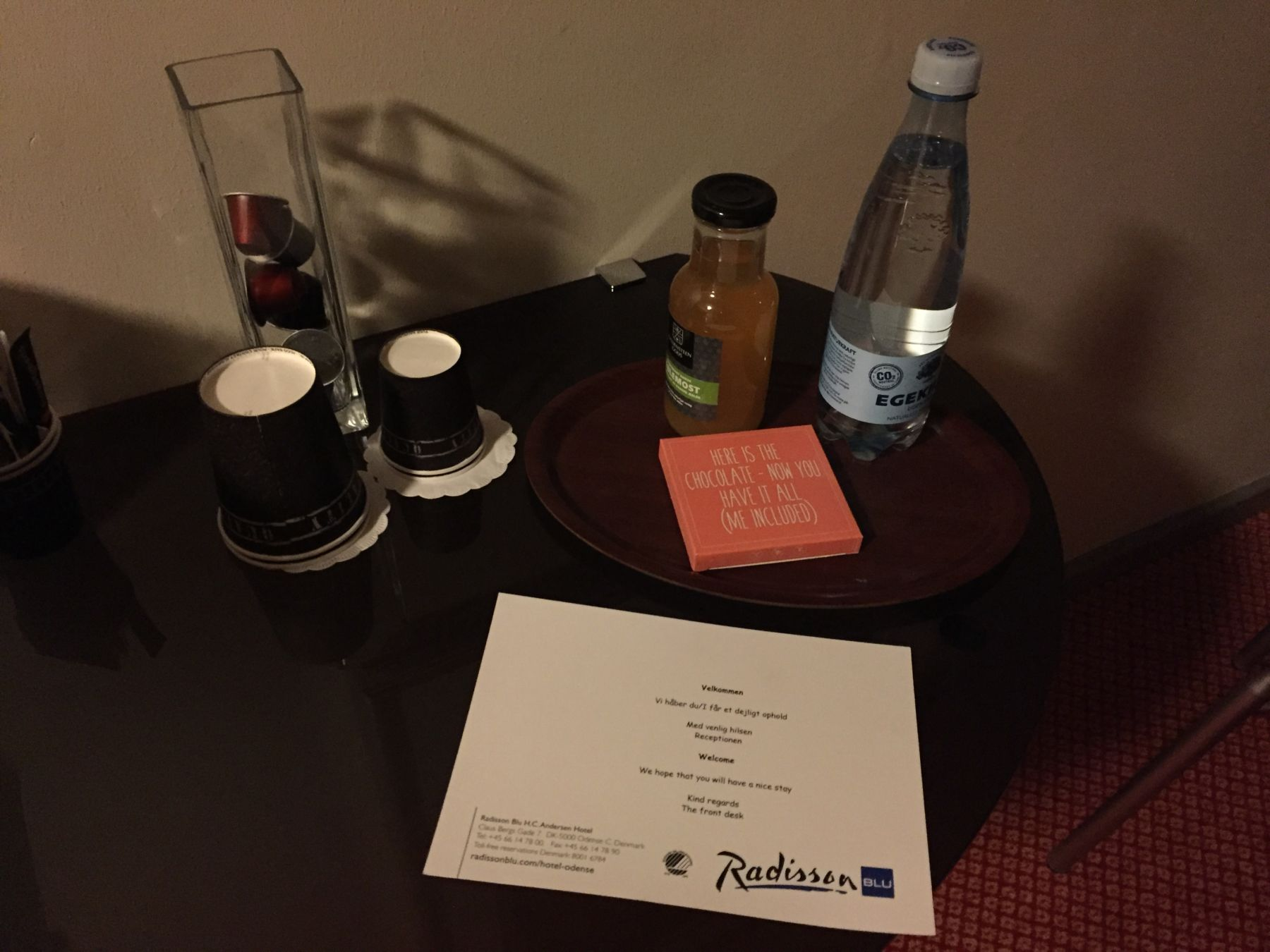 En liten velkomsthilsen på rommet. En flaske vann, en liten flaske eplejuice og en bit sjokolade. Det var også en Nespresso maskin tilgjengelig. Med pappkrus.....