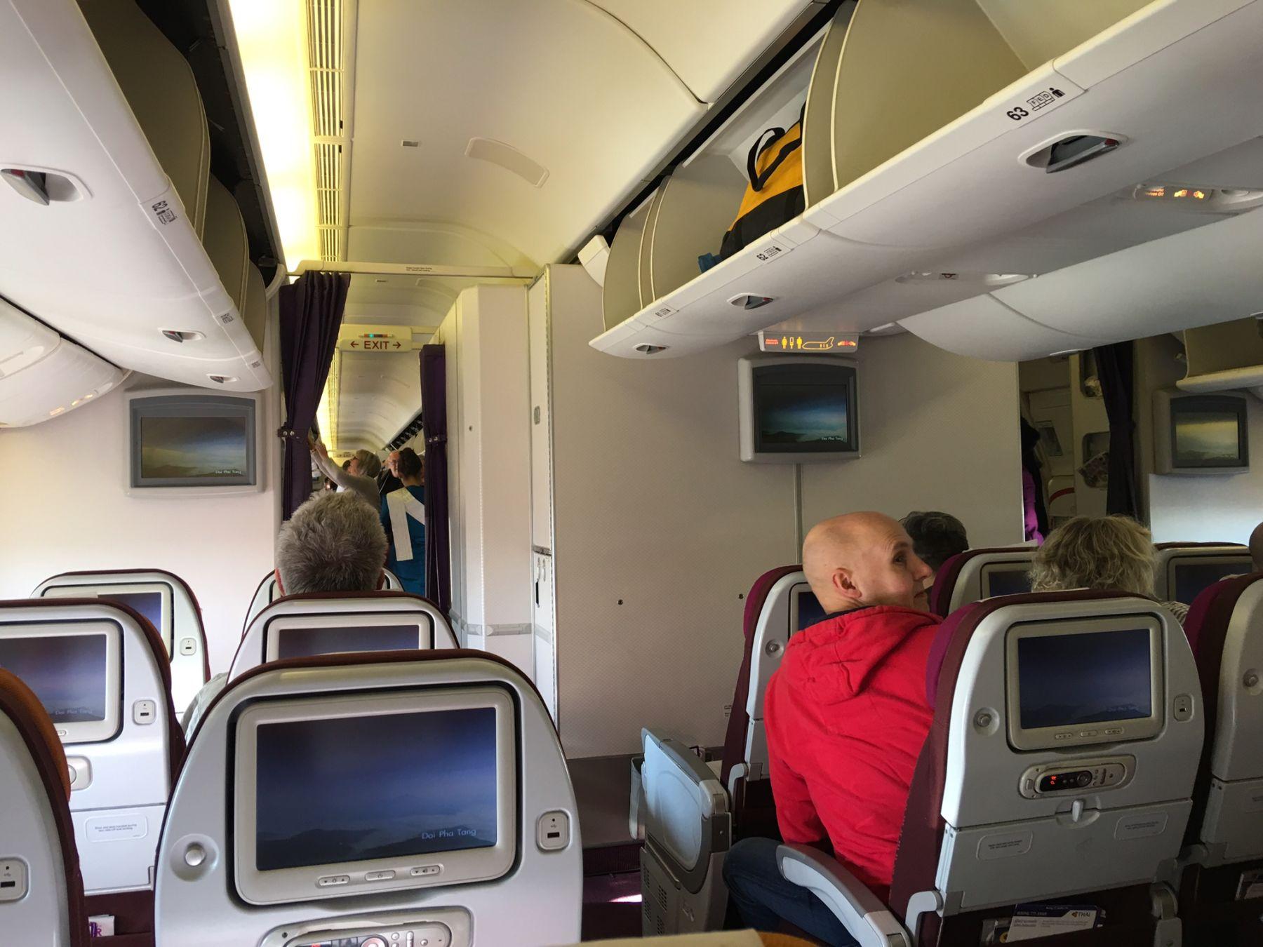 Boeing 777-300ER er et stort fly, men i bagerste kabine, hvor vi sad, virkede det alligevel roligt.